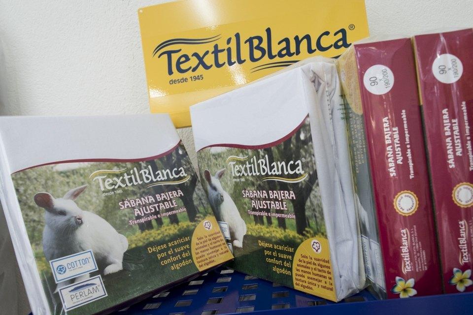 Protector de colchón sabana bajera textil blanca